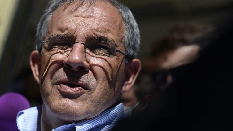 Le candidat Rassemblement National en PACA Thierry Mariani répond à la presse au lendemain du premier tour des élections régionales, le 21 juin 2021. (FRANCK PENNANT / MAXPPP)