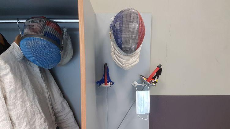 Note pour l'assaut: ne pas se tromper de masque avant de lancer le combat. (CECILIA BERDER / FRANCEINFO / RADIO FRANCE)