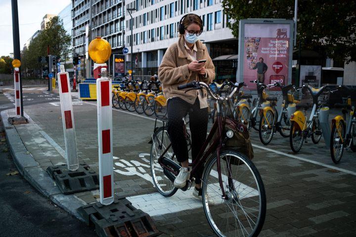 Une femme sur une piste cyclable temporaire à Bruxelles (Belgique) le 28 octobre 2020. (MARTIN BERTRAND / HANS LUCAS / AFP)