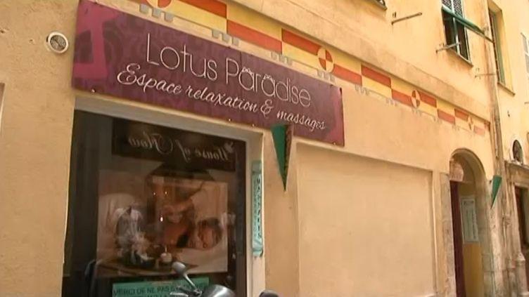 La police aux frontières a interpellé 24 personnes dans huit salons de massage chinois du centre de Nice (Alpes-Maritimes), où des jeunes femmes proposaient des prestations sexuelles, le 30 septembre 2013. (FRANCE 3 CÔTE D'AZUR / FRANCETV INFO )