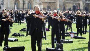 Des musicens ont donné un très court concert devant le parlement britannique à Londres pour alerter sur leur situation économique, le mardi 6 octobre 2020. (HASAN ESEN / ANADOLU AGENCY)