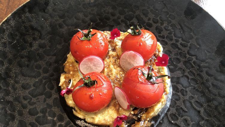 Tomates et aubergines assaissonnées à la grenade, un plat du Liban signé Alan Geaam. (RF / BERNARD THOMASSON)