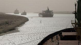 Chaque jour, une cinquantaine de navires passent par le canal de Suez. (CHRISTOS GOULIAMAKIS / AFP)