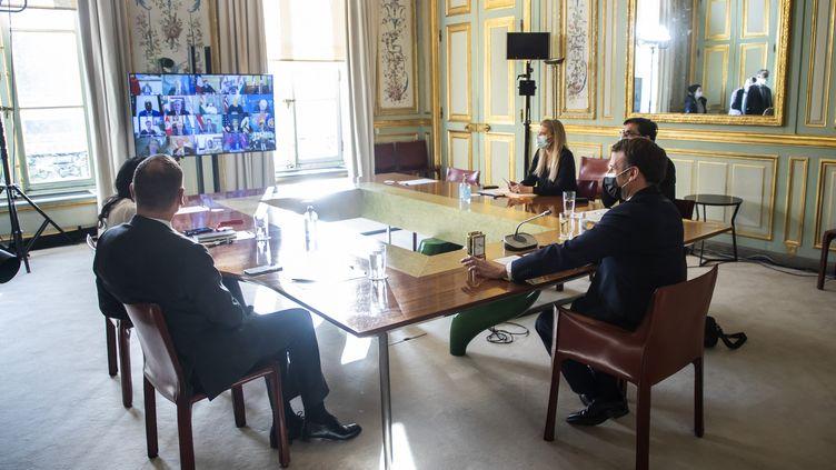 Emmanuel Macron assiste à une réunion du Conseil de sécurité de l'ONU en visioconférence depuis l'Elysée (Paris), le 23 février 2021. (CHRISTOPHE PETIT TESSON / POOL / AFP)