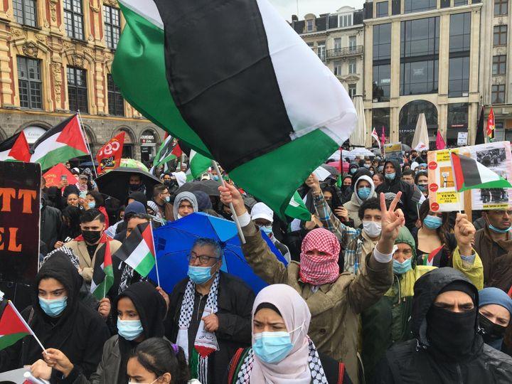 Des manifestants rassemblés en soutien à la Palestine à Lille (Nord), le 15 mai 2021. (LAURENT NAVEZ / FRANCE TELEVISIONS)