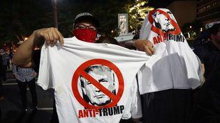 Des manifestants anti-Trump défilent à Los Angeles (Californie, Etats-Unis), le 10 novembre 2016. (MINTAHA NESLIHAN EROGLU / ANADOLU AGENCY / AFP)