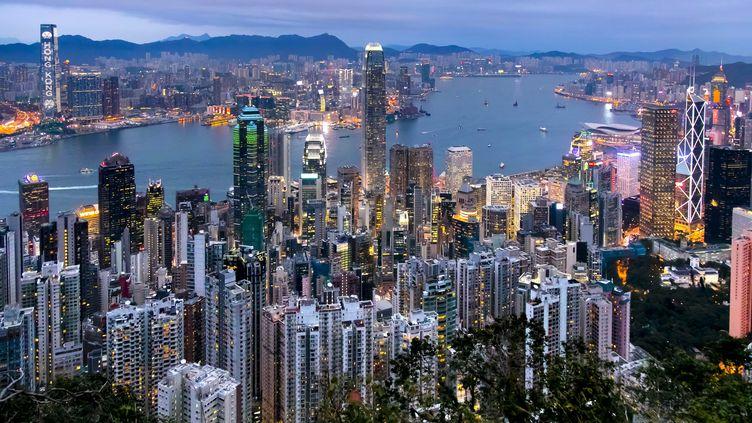 """Vue de la """"jungle de béton"""" que constitue l'enchevêtrement des buildings sur l'île de Hong Kong. (VINCENT ISORE / MAXPPP)"""