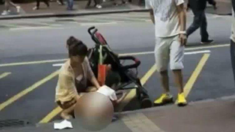 Capture d'écran d'une vidéo YouTube montrant un enfant chinois urinant en pleine rue, à Hong Kong (Chine), le 15 avril 2014. (YOUTUBE / FRANCETV INFO)