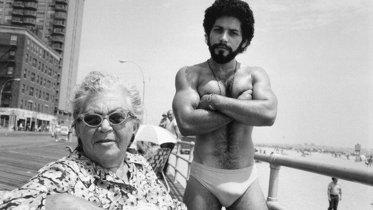 """Arlene Gottfried, """"Angel and Woman on Broadwalk in Brighton Beach New York"""", 1976 (Estate Gottfried)"""