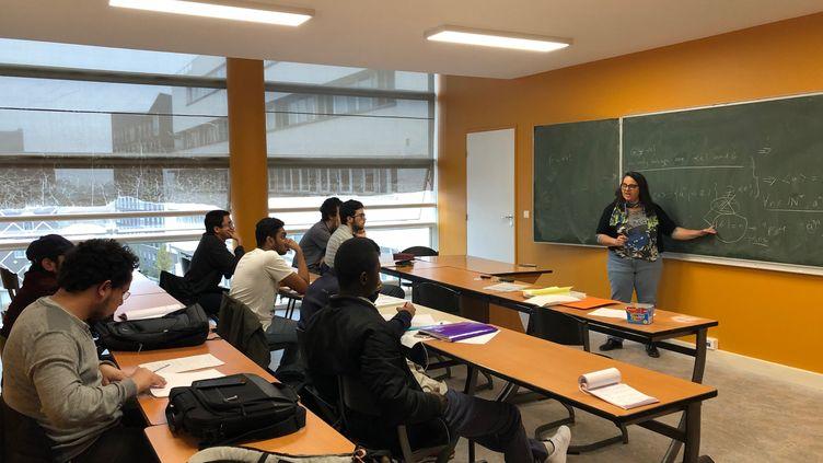 Un cours de physique entièrement en anglais à l'université de Cergy-Pontoise. (ALEXIS MOREL / FRANCEINFO)