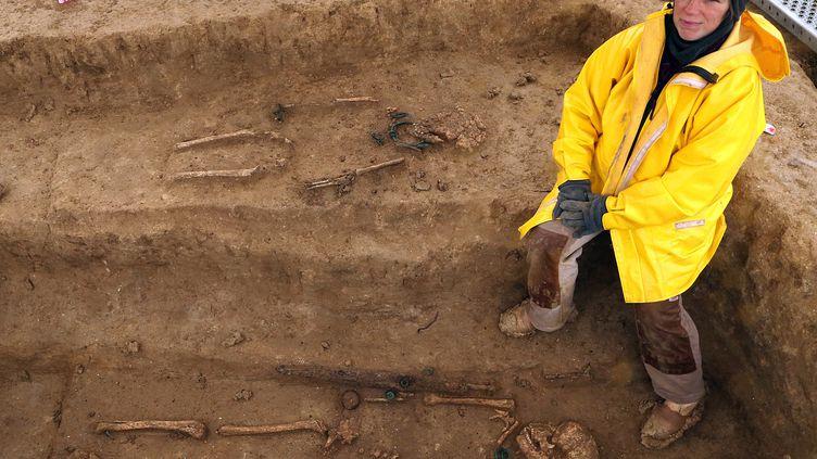 Cécile Paresys, de l'Inrap, présente l'un des squelettes gaulois mis au jour sur le site de fouilles de Buchères, près de Troyes (Aube), le 11 avril 2013. (FRANCOIS NASCIMBENI / AFP)