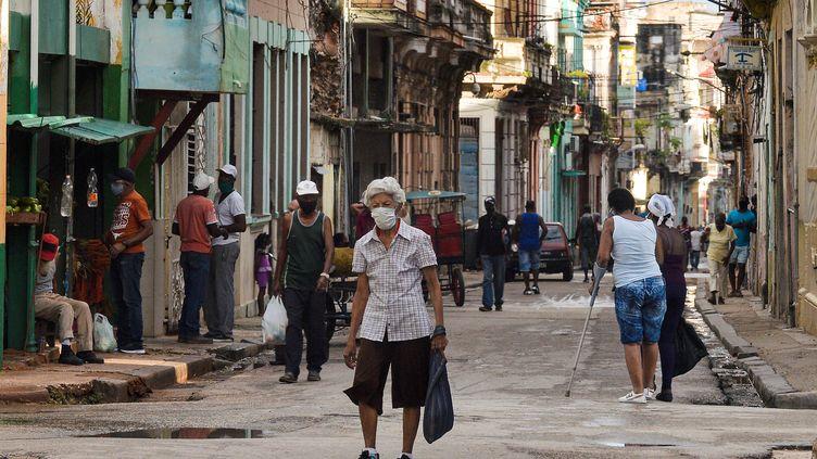Dans une rue de La Havane, le 6 avril 2021. Photo d'illustration. (YAMIL LAGE / AFP)