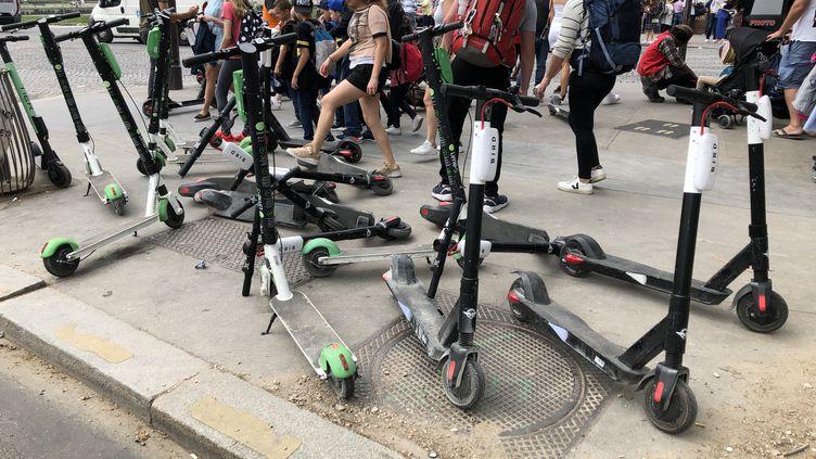 A Paris, des trottinettes s'agglutinent sur les trottoirs, comme ici près du Trocadéro, gênant le passage des piétons, le 8 juin 2019. (AURÉLIEN ACCART / RADIO FRANCE)