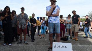 Une longue minute d'applaudissements suivie d'une minute de silence poignante a été respectée dans la matinée en hommage à Steve Maia Caniço, samedi 9 août 2019 à Nantes.  (JEAN-FRANCOIS MONIER / AFP)
