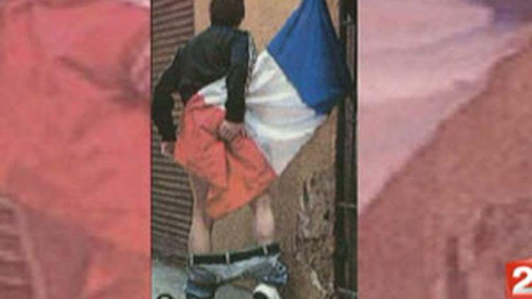 Photo montrant un drapeau français utilisé comme du papier toilette (France 2)