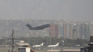 Un avion décolle de l'aéroport de Kaboul, le 27 août 2021 en Afghanistan. (HAROON SABAWOON / AFP)