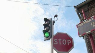 Certaines communes ont installé des feux intelligents qui calculent la vitesse des automobilistes et passent au vert si elle est respectée. Exemple à Mickey Saint-Denis (Côte-d'Or), où France Télévisions s'est rendu. (FRANCE 2)