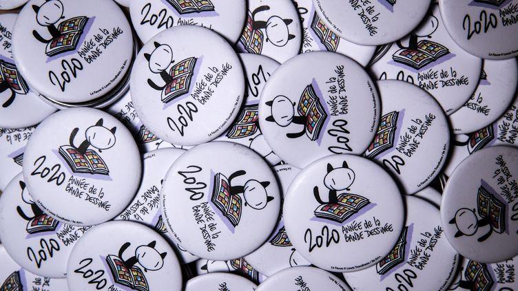 Les badges de la 47e édition du festival d'Angoulême 2020. (JOEL SAGET / AFP)