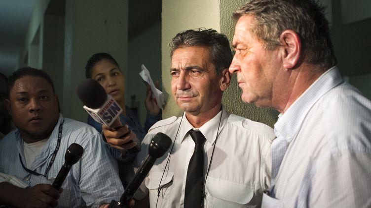 """Bruno Odos et Pascal Fauret répondent à la presse, le 15 août 2015, après leur condamnation dans l'affaire """"Air Cocaïne"""", à Saint-Domingue (République dominicaine). (ERIKA SANTELICES / AFP)"""