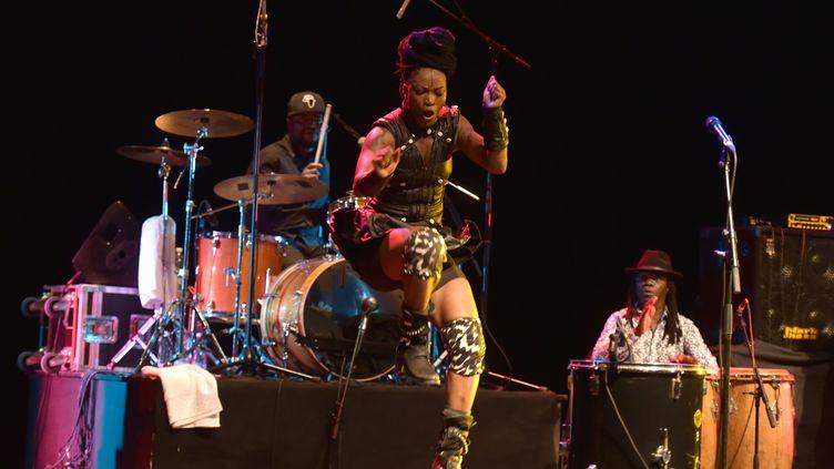 Dobet Gnahore en concert à l'Institut français d'Abidjan (Côte d'Ivoire), le 23 février 2019 (SIA KAMBOU / AFP)