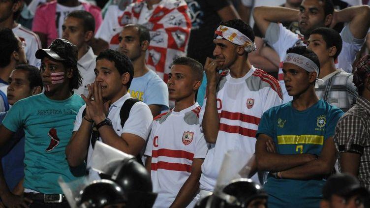 Des supporters du club de Zamalek, lors d'un match contre l'équipe du Caire ENPPI, en 2011. (MOHAMED HOSSAM / AFP)