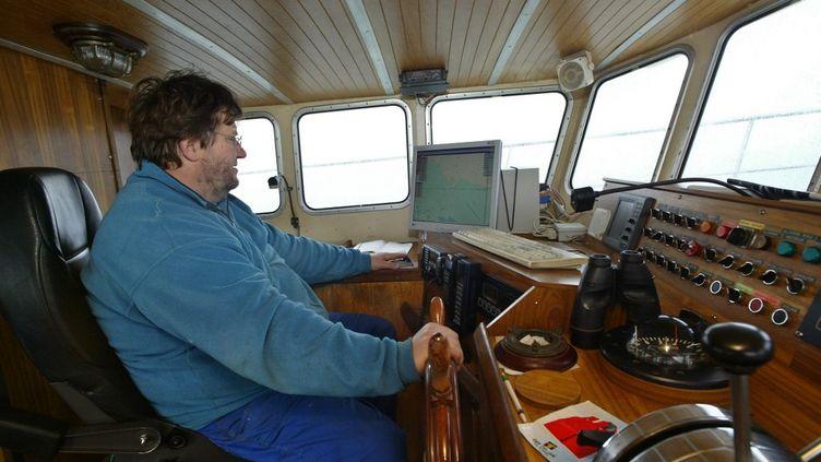 """Dimitri Rogoff, à bord de son bateau, le """"Sauvage"""", le 14 décembre 2005, au large des côtesnormandes. (MARCEL MOCHET / AFP)"""