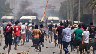 Les forces de sécurité tunisiennes se sont affrontées, le 22 juin 2020, pour une deuxième journée consécutive, à des manifestants exigeant des emplois et la libération d'un militant dans le sud marginalisé de la Tunisie. (FATHI NASRI / AFP)