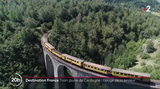 """Dans une époque où tout va souvent trop vite, le train jaune de Cerdagne, aussi appelé """"le canari"""" fait figure d'exception. Il roule 10 fois moins vite qu'un TGV, mais offre à ses passagers le loisir de profiter d'un paysage sublime. (France 2)"""