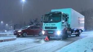 Le trafic perturbé par la neige dans les Yvelines, le 6 février 2018 (FRANCE 3)