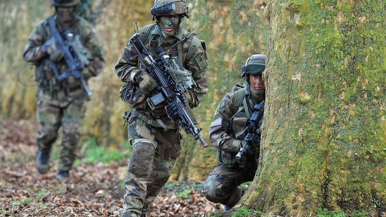 62% des personnes interrogées regrettent le service militaire obligatoireselon un sondage publié samedi 14 juillet 2012. (FREDERICK FLORIN / AFP)