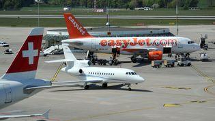 Un appareil de la compagnie low cost Easy Jet, sur unepiste de l'aéroport de Genève. (MAXPPP)