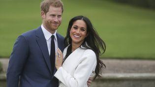 Meghan Markle et son compagnon le prince Harry lors de l'annonce officielle de leurs fiançailles, au palais de Kensington à Londres, le 27 novembre 2017. (DANIEL LEAL-OLIVAS / AFP)
