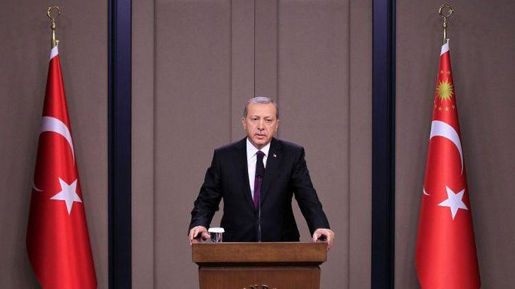 «Il est impossible de continuer (le processus de paix) avec ceux qui menacent l'unité nationale», a déclaré le président Erdogan à l'aéroport d'Ankara, le 28 juillet 2015, avant son départ pour la Chine et l'Indonésie. (MEHMET ALI OZCAN / ANADOLU AGENCY)