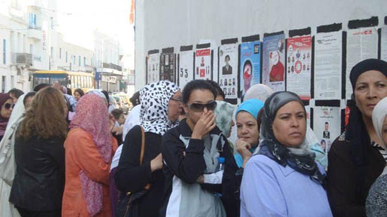 La file d'attente côté femmes au bureau de vote de l'école du Bebdjedid.