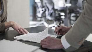 Signature d'un contrat de travail. (WESTEND61 / WESTEND61)