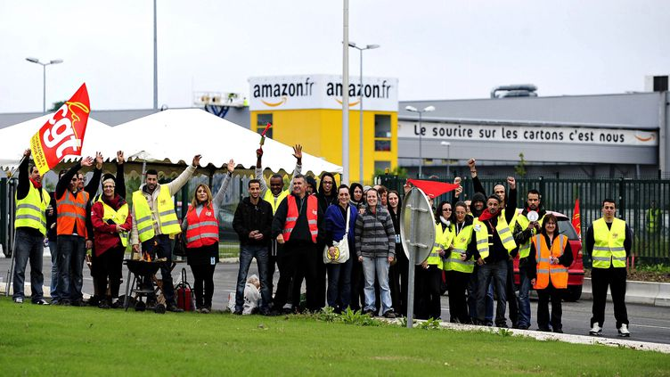 (Un débrayage des salariés Amazon sur le site de Saran dans le Loiret en mai 2014. © Maxppp)