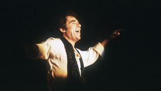 Le chanteur Claude Nougaro sur la scène du palais des sports de Toulouse (Haute-Garonne), le 23 février 1983. (JEAN-PIERRE MULLER / AFP)