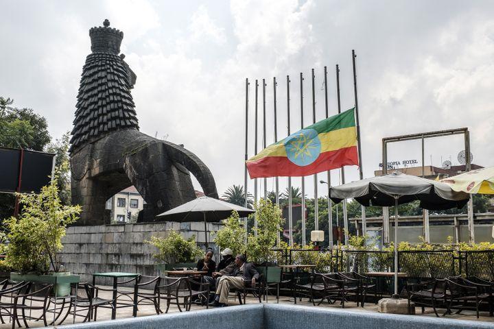 Drapeau éthiopien en berne devant le Théâtre national à Addis Abeba le 24 juin 2019. (EDUARDO SOTERAS / AFP)