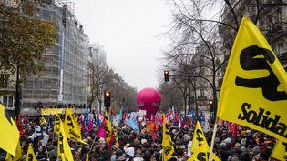 Des manifestants défilent contre la réforme des retraites, le 5 décembre 2019 à Paris. (SEVERINE CARREAU / HANS LUCAS / AFP)