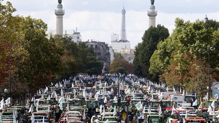 Des centaines de tracteurs stationnent près de la place de la Nation. ( CHARLES PLATIAU / REUTERS)