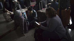 Des passagers à l'aéroport d'Atlanta (Géorgie, Etats-Unis) plongé dans le noir, le 17 décembre 2017. (STEVE SCHAEFER / AP / SIPA)