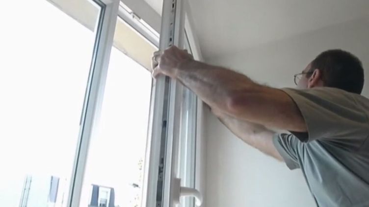 Un homme procède à la pose d'une fenêtre. (FRANCE 2)