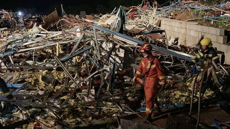Des secouristes sont sur les lieuxdu passage d'une tornade, le 15 mai 2021 à Wuhan (Chine). (XIONG QI / XINHUA / AFP)