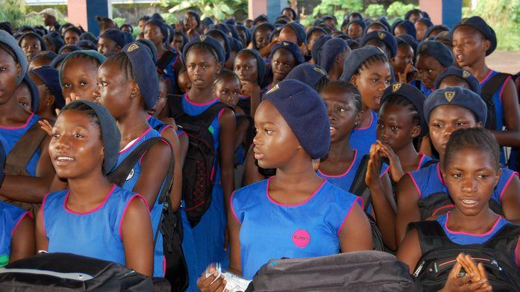 Rentrée scolaire dans une école secondaire de Freetown, la capitale sierra-léonaise, le 17 septembre 2018. (SAIDU BAH / AFP)