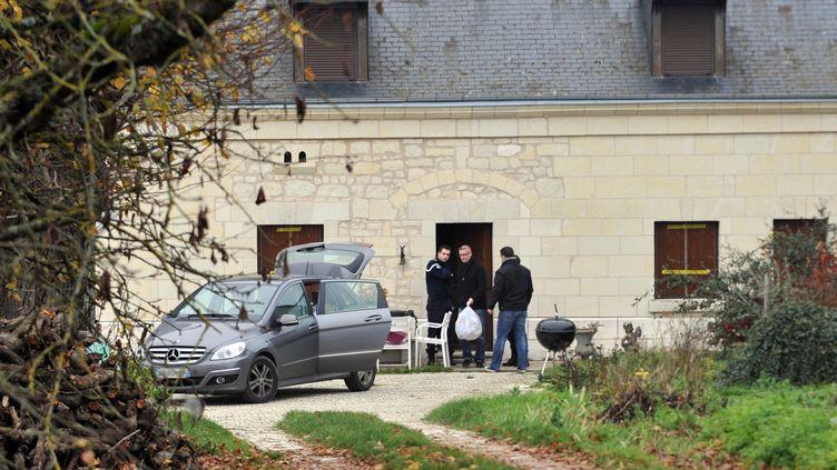 Les enquêteurs fouillent la maison de Sylviane Hamon, soupçonnée d'escroquerie, à Benais (Indre-et-Loire), le 27 décembre 2011. (ALAIN JOCARD / AFP)