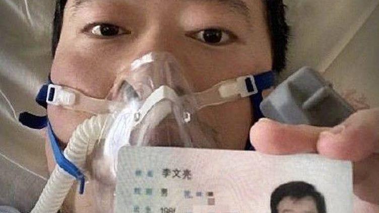 Le médecin Li Wenliang sur son lit d'hôpital à Whuan (Chine),en janvier 2020. (EPN/NEWSCOM/SIPA / NEWSCOM)