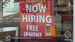 Une affiche de recrutement dans un MacDonald's. (France 2)