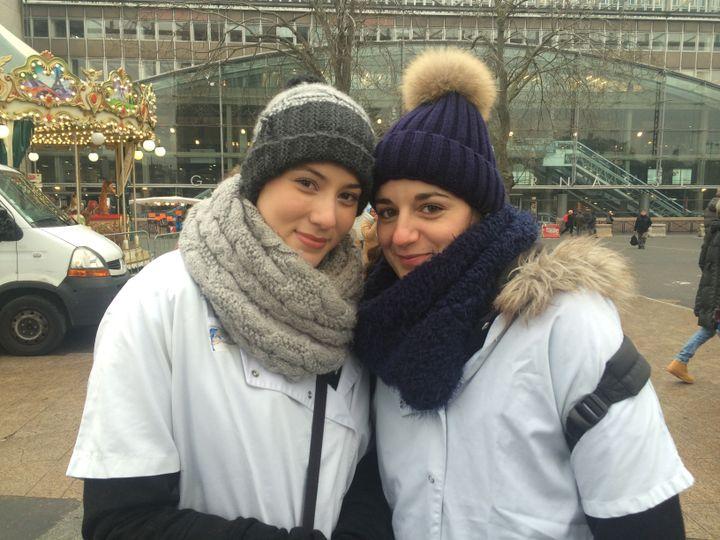 Déborah et Charline, 25 et 28 ans, infirmières à l'AP-HP, le 24 janvier 2017 sur le parvis de Montparnasse, à Paris. (CATHERINE FOURNIER / FRANCE INFO)