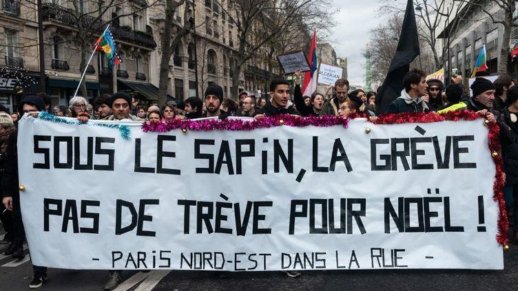 Des manifestants contre la réforme des retraites, le17 décembre 2019 à Paris. (SAMUEL BOIVIN / NURPHOTO / AFP)