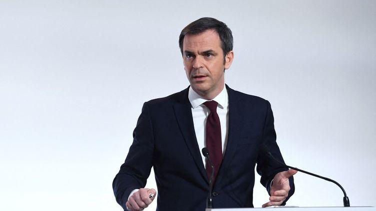 Le ministre de la Santé, Olivier Véran, lors d'une conférence de presse, à Paris, le 4 mars 2021. (ALAIN JOCARD / AFP)